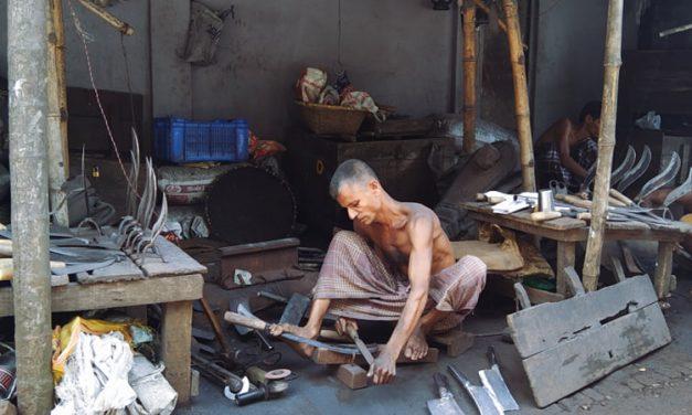 করোনায় কামারদের ঘরে নেই ঈদের আমেজ, লোকসানে চলছে দা-ছুরির কাজ