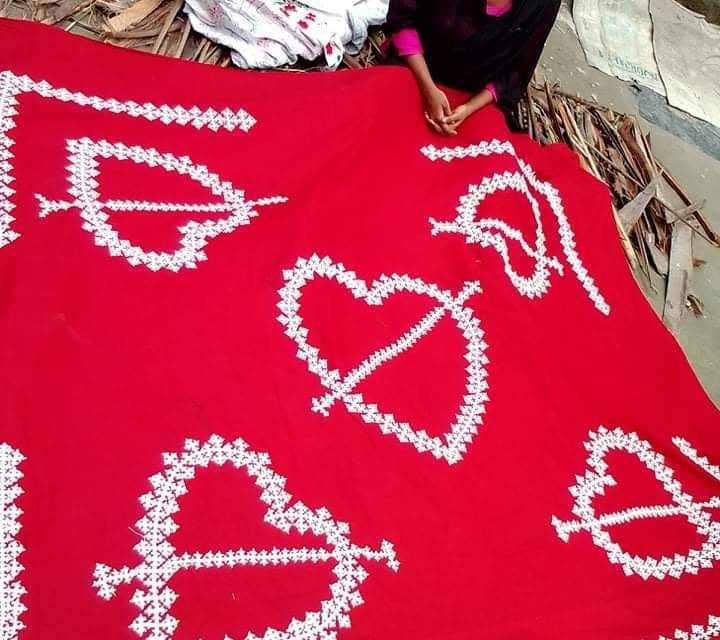 করোনাকালীন নকশি কাঁথা সেলাই করে সফল হয়েছেন কিশোরী খাদিজা